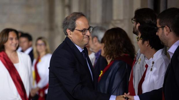 Torra,, saludando a los ediles de Barcelona