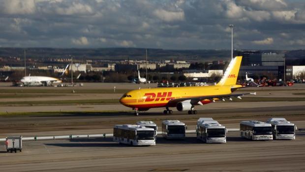 Un avión de DHL, una de las empresas fundamentales en el transporte de mercancías en Lavacolla