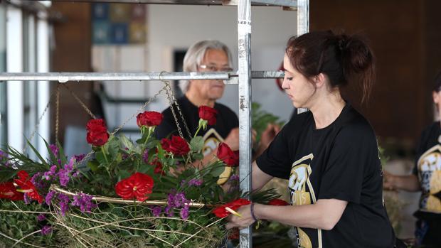 Los floristas ultimaban este martes los centros florales
