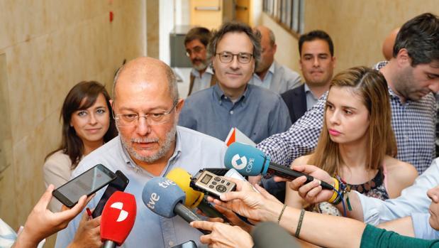 El candidato de Ciudadanos a la Presidencia de la Junta, Francisco Igea, atiende a los medios este miércoles en las Cortes
