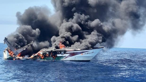 El pesquero en llamas del que han sido rescatados sus tres tripulantes