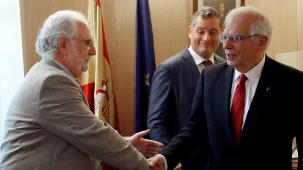 El ministro de Asuntos Exteriores en funciones, Josep Borrell, ha recogido su acta de eurodiputado este jueves en el Congreso.
