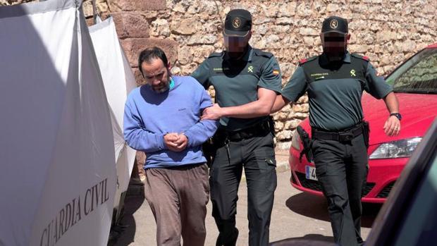 El hijo de la mujer hallada muerta en el domicilio familiar en la localidad de Pozondón, acompañado por agentes de la Guardia Civil, durante la reconstrucción de los hechos