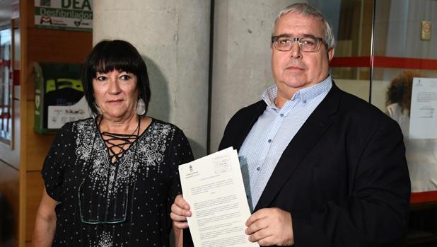 Nani Moya y Diego Cruz, miembros del PSOE en la Mesa de la Asamblea, tras presentar en el registro el escrito de queja por la falta de proporcionalidad en su composición