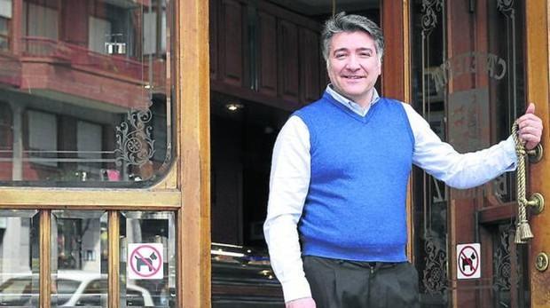 Luciano López, ayer en la entrada de su negocio, en Rekalde