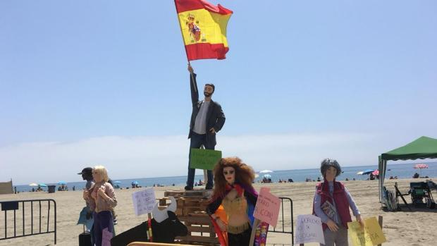 Un muñeco de Abascal sujeta una bandera española