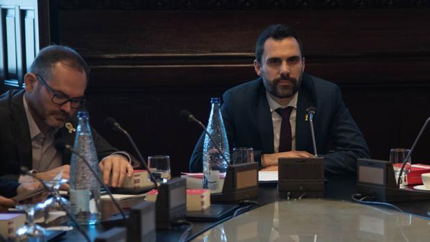 El presidente del Parlament, Roger Torrent, en la mesa