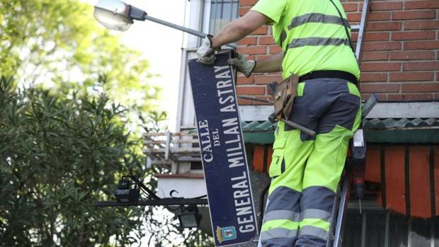 Un operario municipal retira la placa de la calle del General Millán Astray, en el distrito de Latina