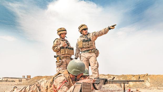 Dos militares españoles, en una imagen de archivo durante el adiestramiento a dos soldados iraquíes