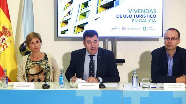 El conselleiro de Cultura, Román Rodríguez, y la directora da Agencia Turismo, Nava Castro.