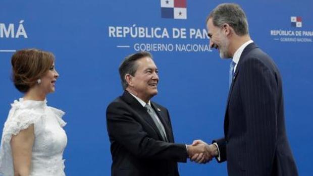 El Rey saluda a Laurentino Cortizo en presencia de su esposa, Yazmin