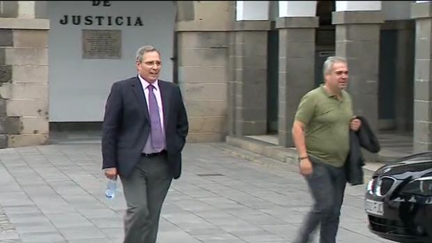 Héctor de Armas, exadministrador de Seguridad Integral Canaria, a la salida del juicio del «caso Alba» este 3 de julio junto a Juan Santana, exasesor de Soria