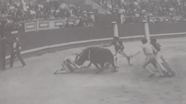 Instante de la fatal cogida a Félix Almagro, ocurrida la tarde del 13 de julio de 1939