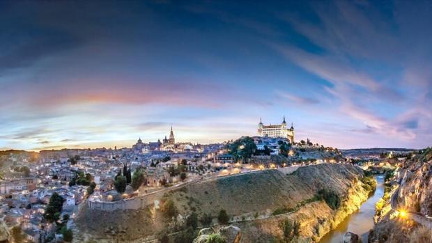 Panorámica de Toledo con la ciudad iluminada ante la caída de la noche