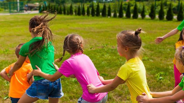 Niños se divierten en un campamento