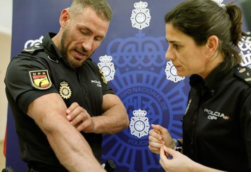 El agente español muestra el hematoma que se produjo a una compañera