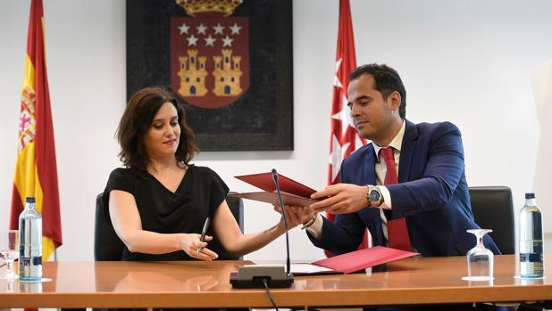 Díaz Ayuso y Aguado, durante la firma del pacto de gobierno para la Comunidad de Madrid