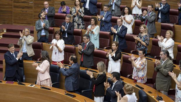 Ximo Puig, durante su toma de posesión junto al resto de consellers