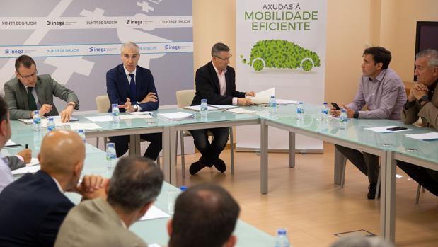 El conselleiro de Economía, Francisco Conde, con los representantes de los concesionarios