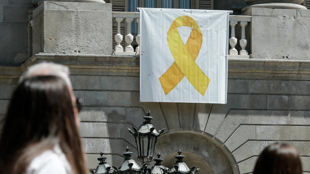 Imagen del lazo amarillo del Ayuntamiento de Barcelona