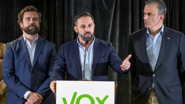 El presidente de Vox Santiago Abascal (c) acompañado por el secretario general Javier Ortega Smith (d) y el responsable del comité negociadorIván Espinosa de los monteros (i)