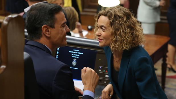 El jefe del Gobierno en funciones, Pedro Sánchez, junto a la presidenta del Congreso, Meritxell Batet, el día de la constitución de Las Cortes