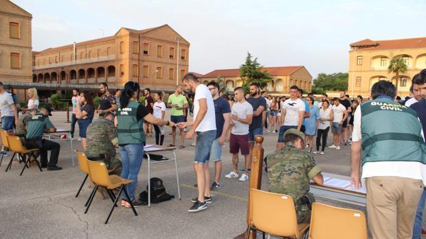 Opositores ante los puntos de control establecidos para el examen en el interior del cuartel de Calatayud