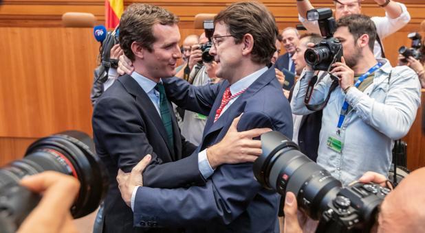 Casado felicita a Mañueco tras tomar posesión como presidente de la Junta de Castilla y León