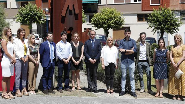 El presidente del PP vasco Alfonso Alonso, junto a miembros del partido, durante el minuto de silencio en el homenaje a Ángel Blanco
