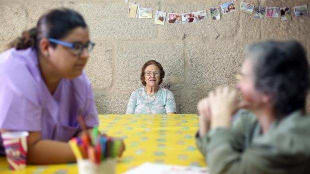 Selene junto a dos usuarias de la casa de Pazos de Borbén