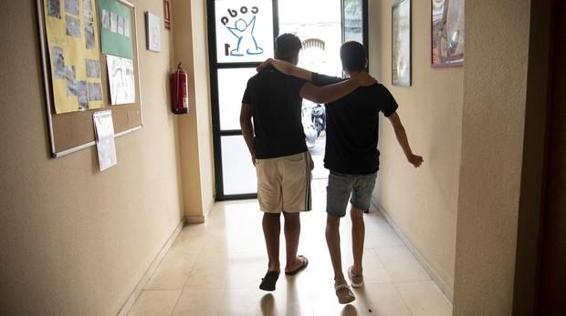 Akram y Outmane, dos jóvenes tutelados por la Generalitat, sueñan con dedicarse a la informática y trabajar en un supermercado