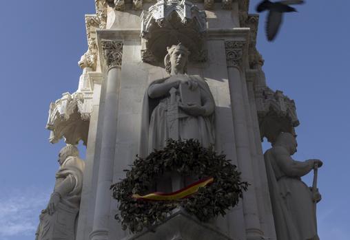 Figura del rey Alfonso X El Sabio en la estatua de Fernando III en la Plaza Nueva de Sevilla