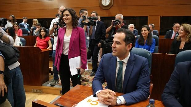 Díaz Ayuso, Aguado y Monasterio, antes de que comenzase el pleno sin candidato en la Asamblea