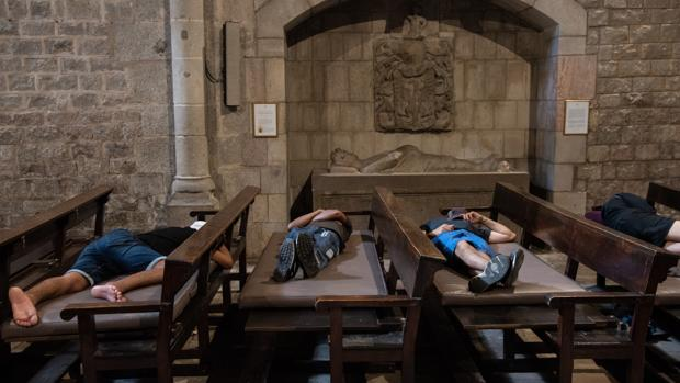 Grupos de menas duermen en una iglesia de Barcelona