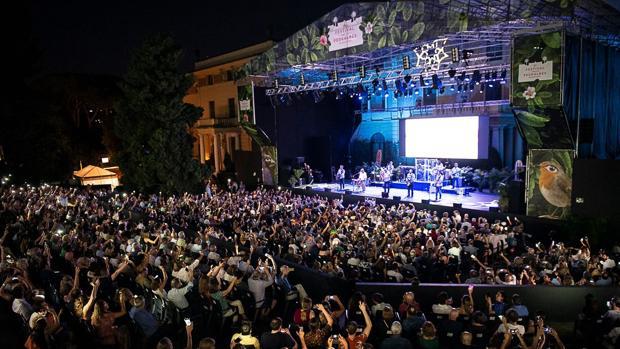 Panorámica de la grada del festival durante la actuación de los Beach Boys