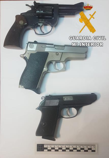 Tres de las armas localizadas en Tafalla tras la riada