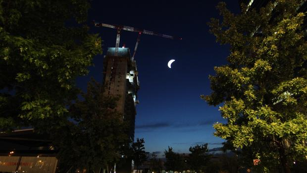 La réplica de la Luna, colgada en la quinta torre