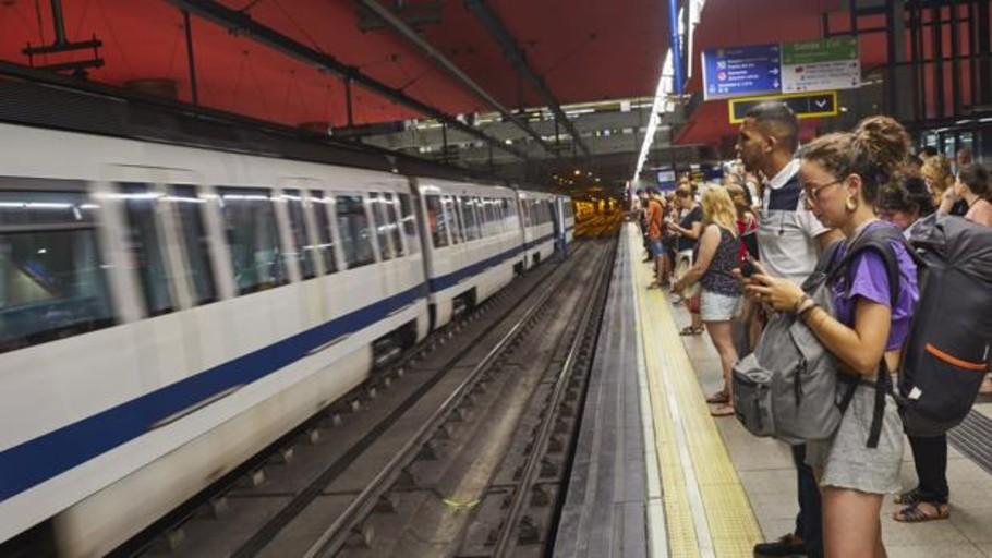 La ola de calor baja al metro: «Llegamos a todas partes sudando»