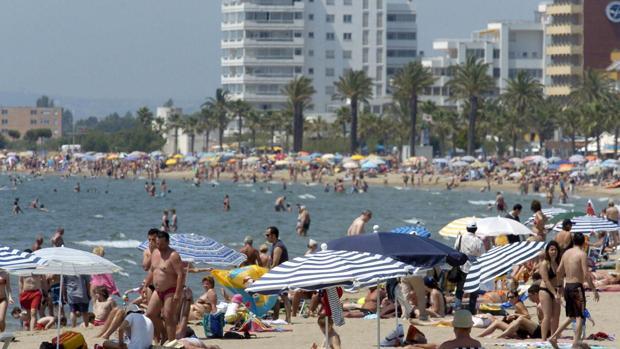 Imagen de archivo de la playa principal de la localidad gerundense de Rosas