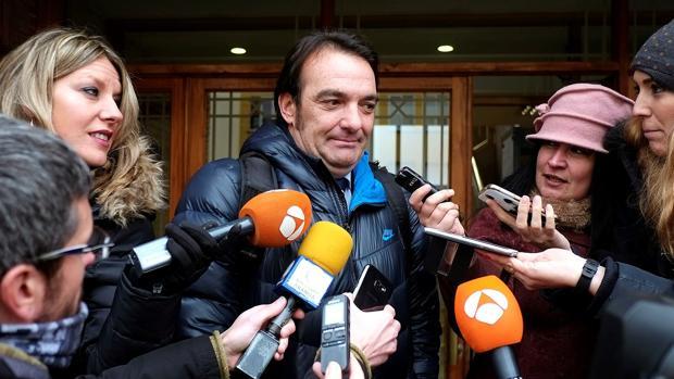 El abogado de la menor supuestamente agredida sexualmente por tres jugadores de la Arandina Club de Fútbol, Fernando García Puertas, hace declaraciones a las puertas del Juzgado de Instrucción número 1 de Aranda de Duero, en una imagen de archivo