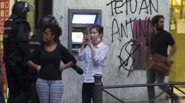 La Policía Nacional controla una manifestación por las calles de Tetuán, en una imagen de archivo