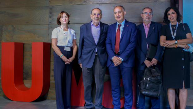 De izquierda a derecha, Carmen Vaquero, Javier Solana, Antonio Largo Cabrerizo, Jesús Quijano y Carmen Herrero, en la inauguración de estos encuentros en el Palacio de Santa Cruz (Valladolid)