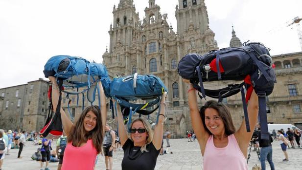 Peregrinas tras su llegada a la plaza del Obradoiro
