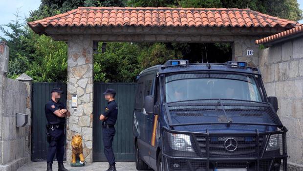 Dos agentes delante de la mansión de los Charlines en Vilanova de Arousa