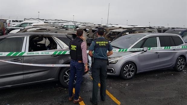 Agentes de la Guardia Civil analizan las causas del fuego en el depósito