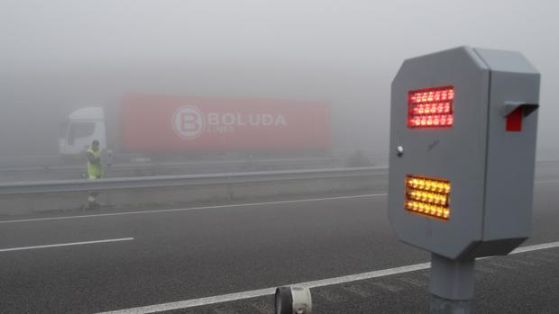 Balizas de seguridad que avisan al conductor de que tiene un vehículo delante, en Mondoñedo