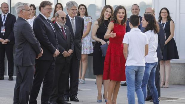 La Reina Letizia saluda a los voluntarios que han izado la bandera en el nuevo CEMAS en Valencia