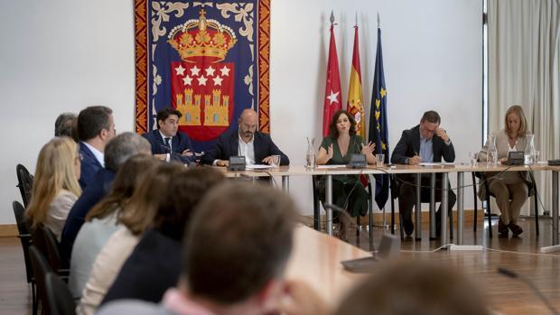 Isabel Díaz Ayuso, ayer, durante la reunión con su grupo parlamentario (PP) en la Asamblea de Madrid