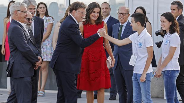 La Reina y Ximo Puig, a su llegada al acto de presentación del Cemas en Valencia este lunes