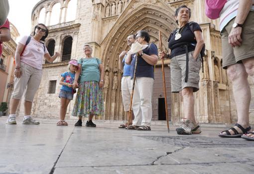 Imagen de unos peregrinos frente a la Catedral de Valencia